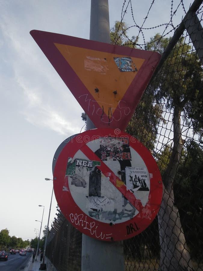 Trafik undertecknar in Aten arkivbilder