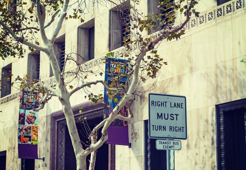 Trafik undertecknar in i stadens centrum L A arkivbild