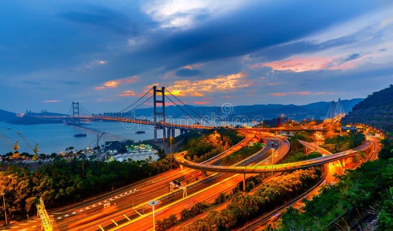 Trafik vid Tsing ma bridge i Hong kong royaltyfria bilder