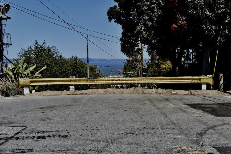Trafikbarriären och blått för THEE sänder den guld- bortgång i bakgrunden royaltyfri bild