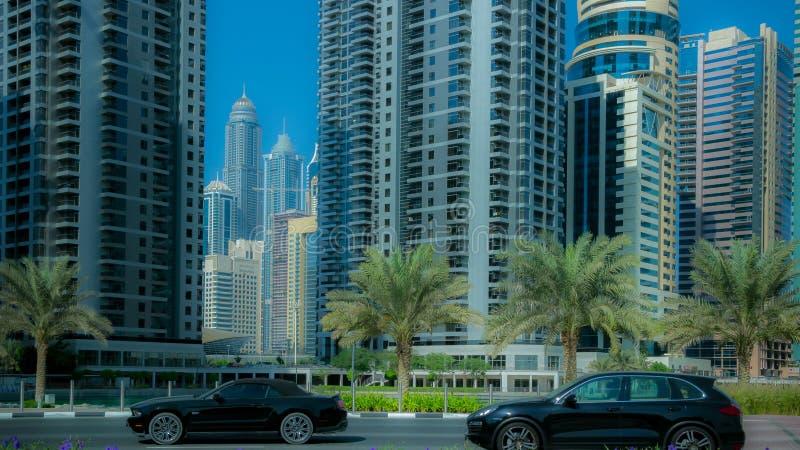 Trafikbilar i affärsstaden royaltyfria bilder