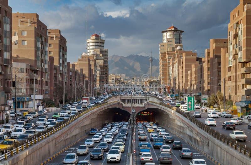 Trafikblodstockning i den Tohid tunnelen av Teheran royaltyfri fotografi