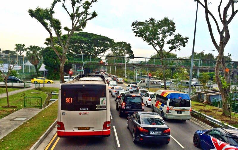 Trafikblodstockning längs en huvudvägen i Singapore royaltyfri bild