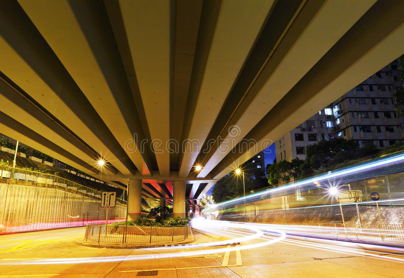 Trafikbortgång till och med viadukt arkivfoto