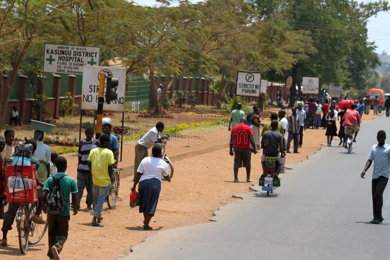 Trafiken och folket i gatorna av Lilongwe i Malawi royaltyfria foton