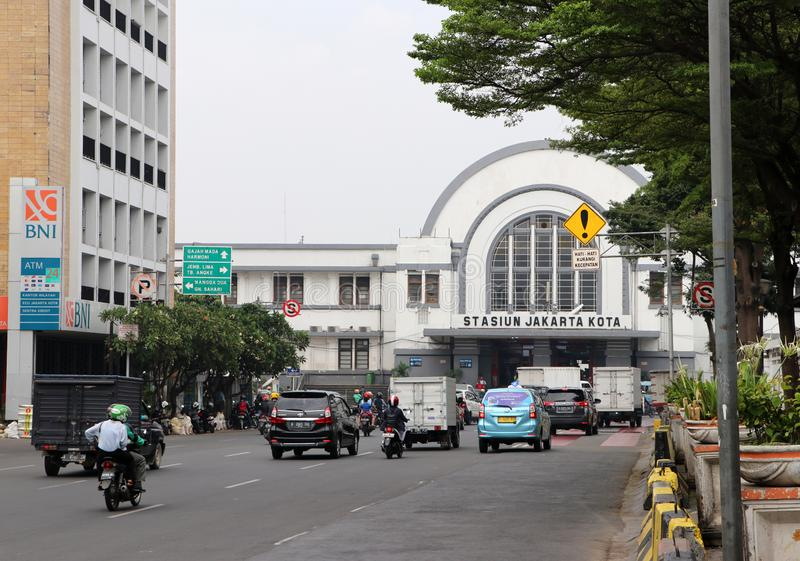 Trafiken på den Lada vägen framme av den Jakarta Kota järnvägsstationen på den västra Jakartaen royaltyfri foto