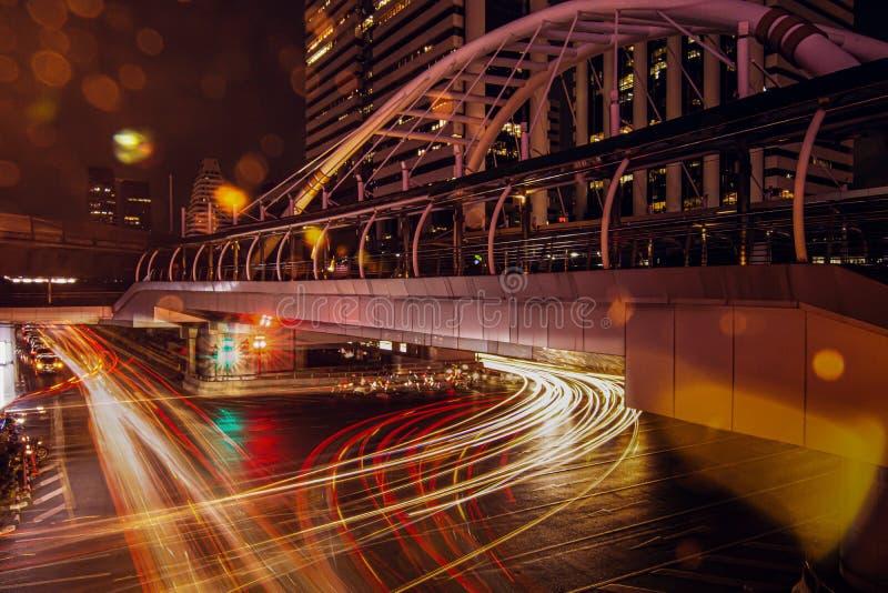 Trafiker och billjus i nattetiden royaltyfria bilder
