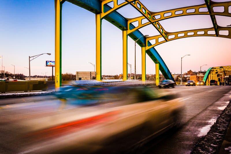 Trafikera flyttningen över Howard Street Bridge i Baltimore, Maryl royaltyfri foto