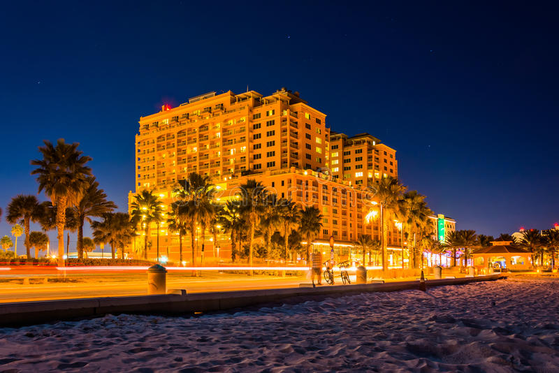Trafikera flyttningen förbi ett hotell och stranden på natten, i Clearwate arkivfoton