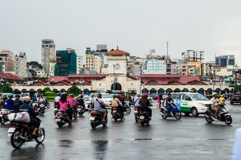 Trafikera framme av den Ben Thanh marknaden i Ho Chi Minh City, Vietnam royaltyfri bild