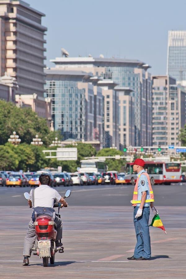 Trafikera kontrollanten i centrum av Peking, Kina arkivfoton