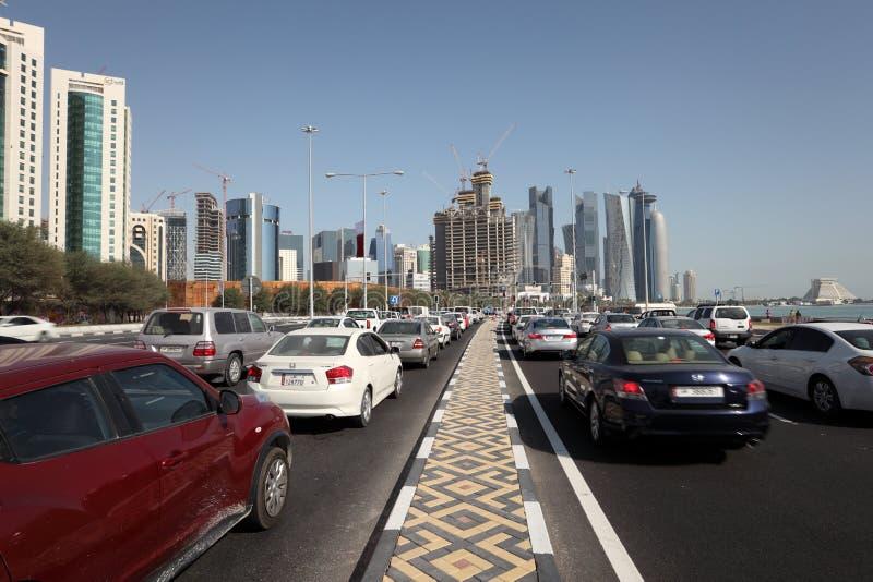 Trafikera på cornichevägen i Doha, Qatar arkivfoto