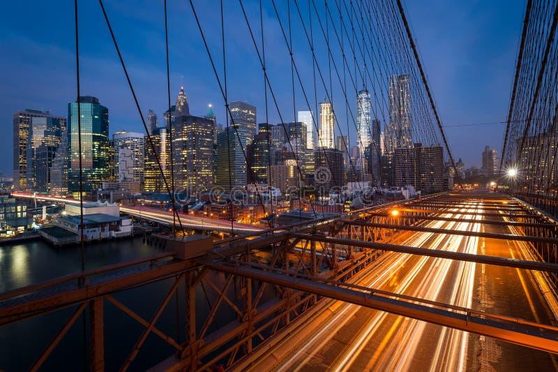 Trafikera på den Brooklyn bron med Lower Manhattanstadshorisont arkivfoto