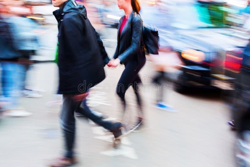 Trafikera platsen med gångare och bilen i rörelsesuddighet royaltyfri bild