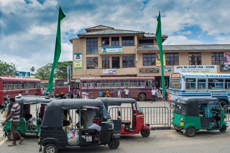 Trafikera rörelse på gatan i stad i Sri Lanka arkivfoton