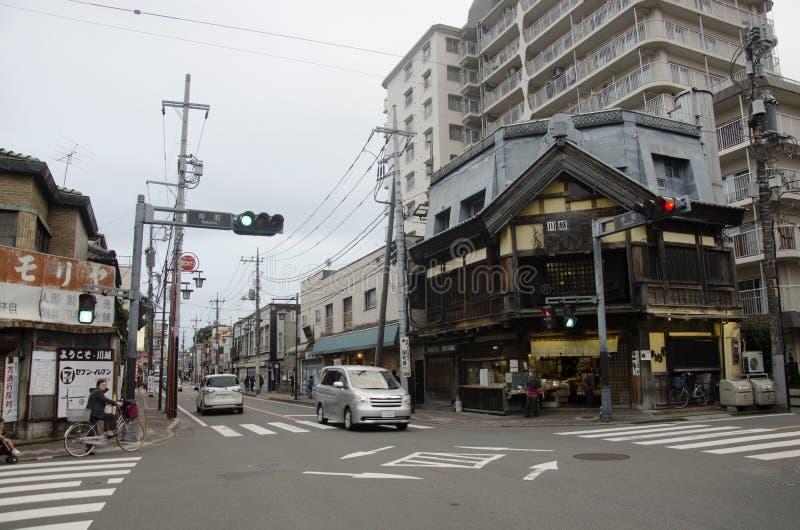 Trafikera vägen med japan och utlänningen som går och, besöka streen royaltyfri bild
