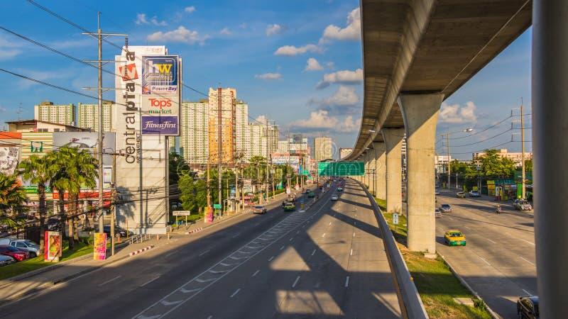 Trafikflöde på i Nonthaburi Thailand royaltyfria bilder