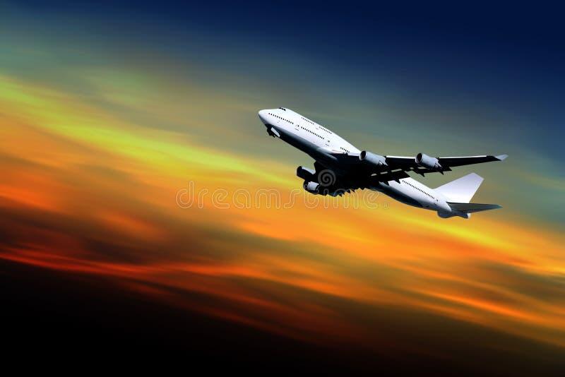 trafikflygplan av att ta för solnedgång arkivbild