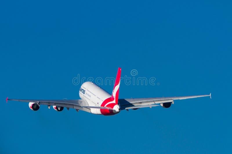Trafikflygplan för stråle för Qantas flygbuss som A380 tar av royaltyfri bild