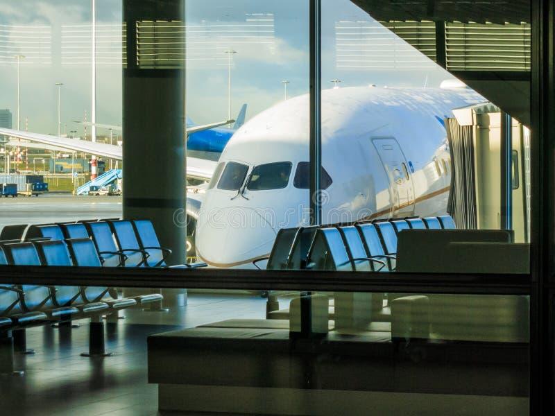 Trafikflygplan i flygplatsfönster arkivbild