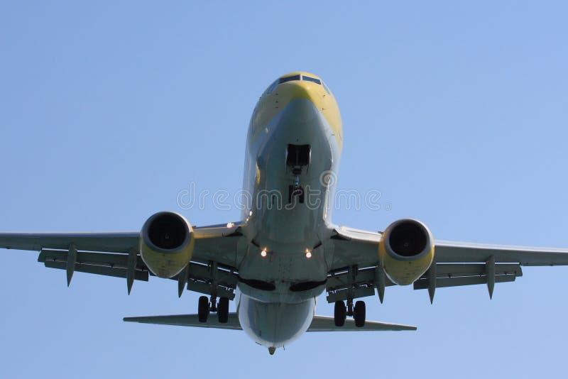 Trafikflygplan som direkt uppe i luften passerar arkivfoton