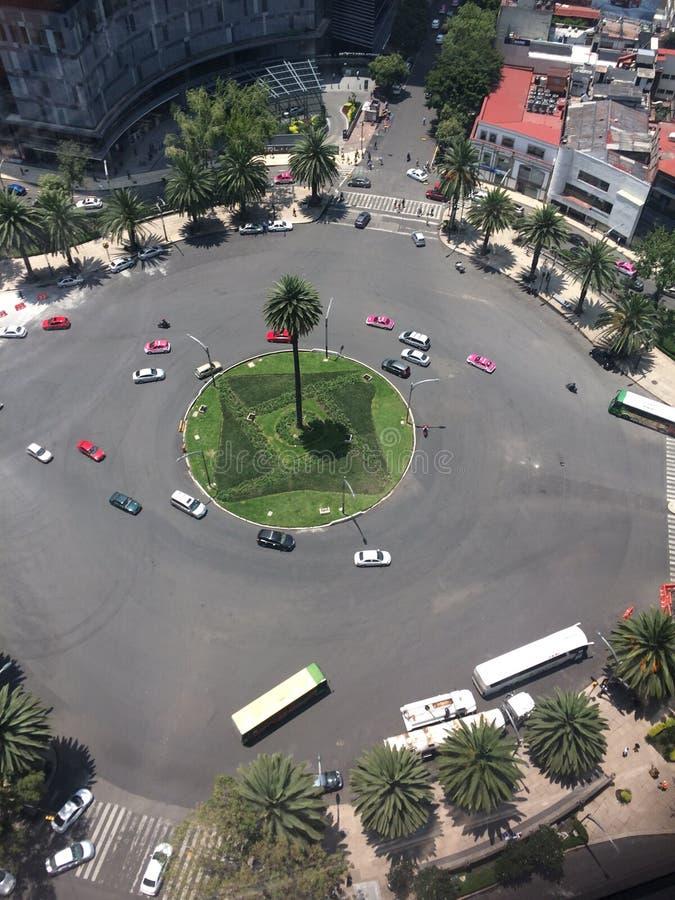 Trafikkarusell i en stad arkivbild