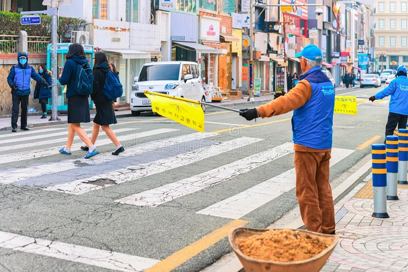 Trafikkontrollant i gata av den Busan morgonen royaltyfria foton