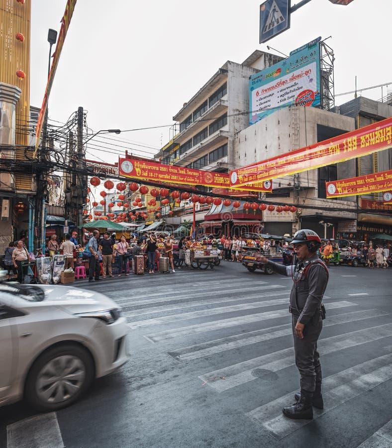Trafikkontrollant i kineskvarteret, Bangkok, Thailand arkivfoton