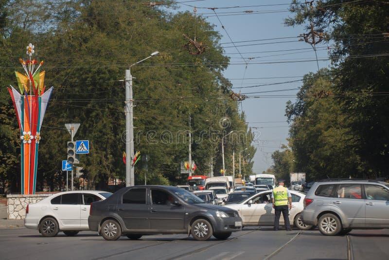 Trafikkontrollanten reglerar trafik på tvärgator med bruten t arkivbild