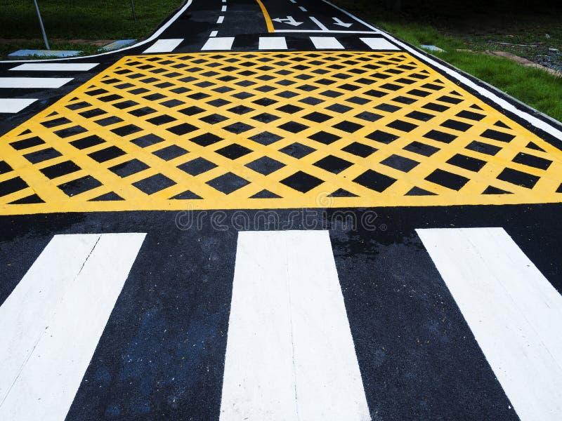 Trafiklinje och tecken på asfalt arkivfoton