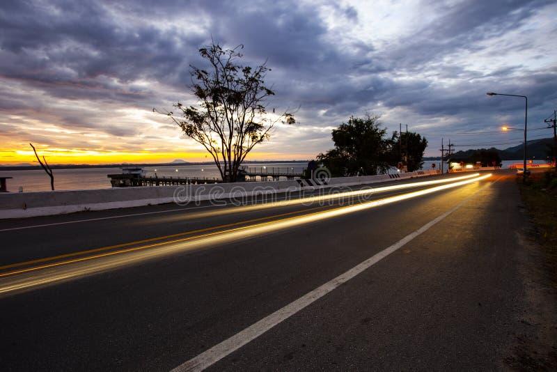 Trafikljus av asfalthuvudvägen på gryning royaltyfri bild