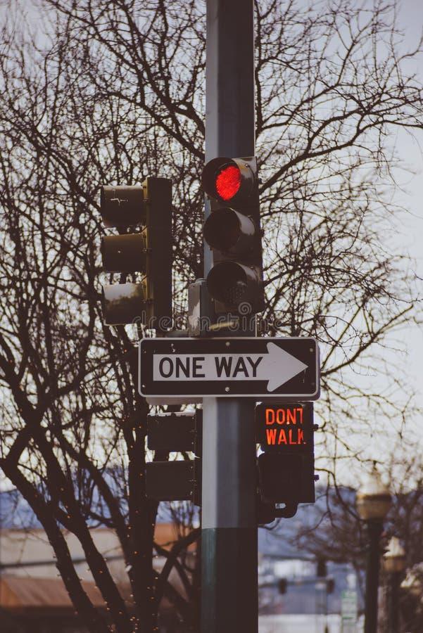Trafikljus i den röda träffande gångaren som ska inte korsas i en Retro tappningstil i i stadens centrum Coeur D ` Alene Idaho royaltyfri fotografi