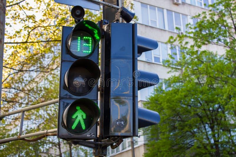 Trafikljus med det tända klarteckenet arkivfoton