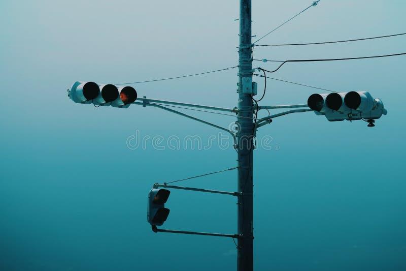 Trafikljus och bl? himmel royaltyfri foto