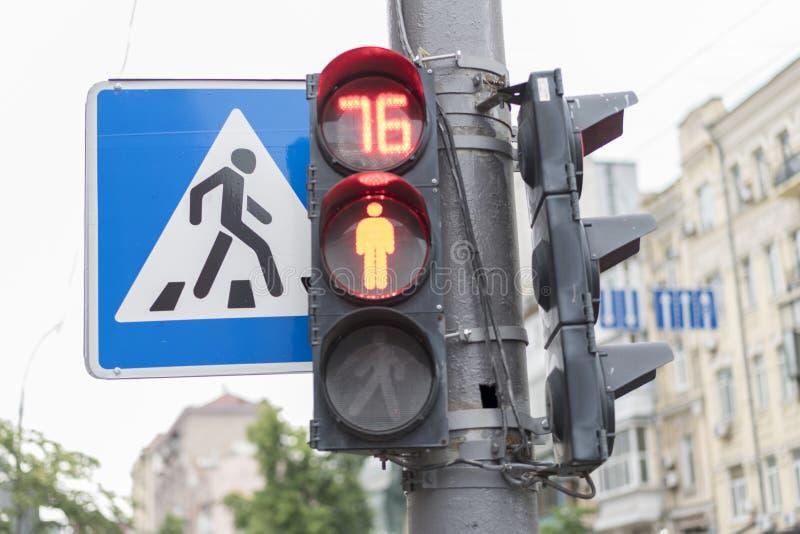 Trafikljuset för gångare visar en röd färg royaltyfria foton