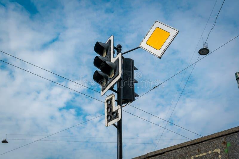 Trafikljuset med det gula tecknet arkivfoton