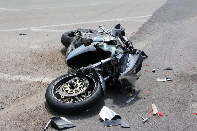 Trafikolycka mellan en bil och en motorcykel royaltyfria foton