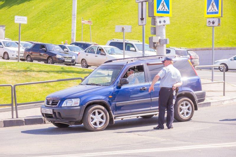 trafikpolisen blockerade vägen under stadsferien Text i ryss: polisen trafikpolisen, helpline, akta sig av bilen fotografering för bildbyråer