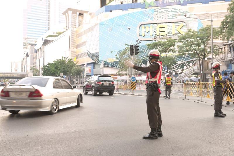 Trafikpolisen som omdirigerar bilen arkivbild