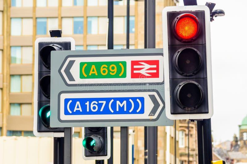 Trafiksignaler och riktningstecken royaltyfri fotografi