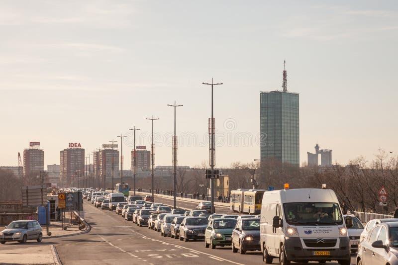 Trafikstockning av bilar och andra medel på Brankov mest bro på rusningstiden, under tung förorening, under solnedgång arkivbilder