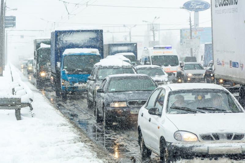 Trafikstockning bildade på vägen som orsakades av en tung snöstorm royaltyfria bilder