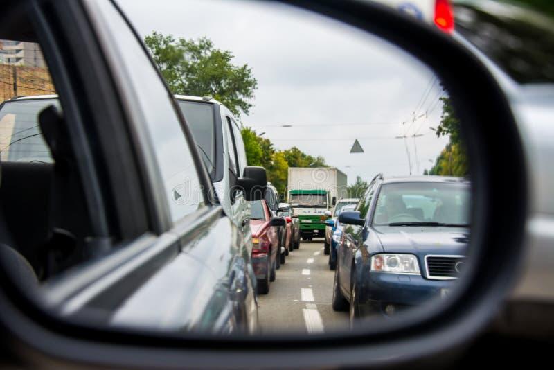 Trafikstockning i backspegeln arkivbilder