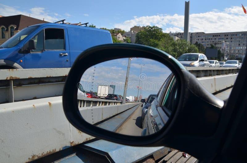 Trafikstockning i en spegel för bakre sikt arkivbild