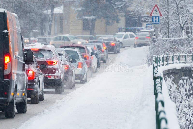 Trafikstockning i mitt av vintern Snökatastrof royaltyfria foton
