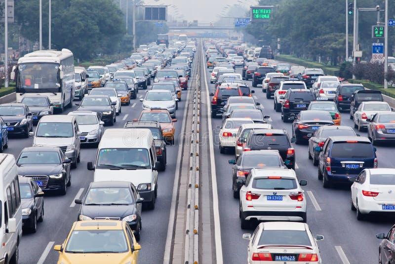 Trafikstockning i smog täckte staden, Peking, Kina royaltyfria bilder