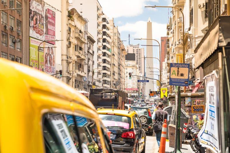 Trafikstockning på Avenida Corrientes i i stadens centrum Buenos Aires arkivfoton