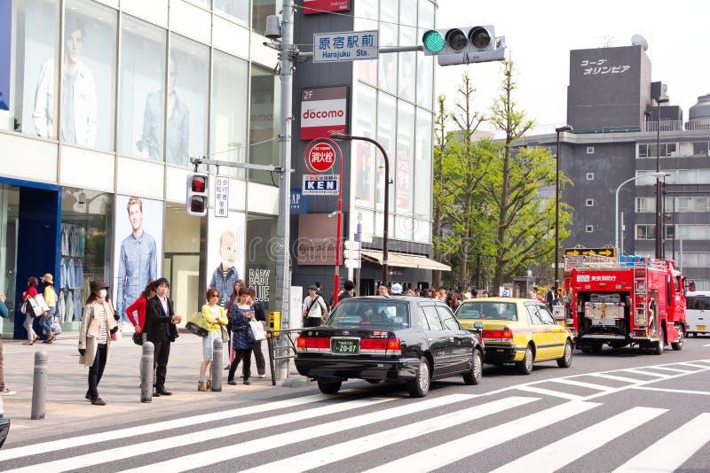 Trafikstockning på den huvudsakliga tvärgatan av den Harajuku shoppinggatan royaltyfri fotografi