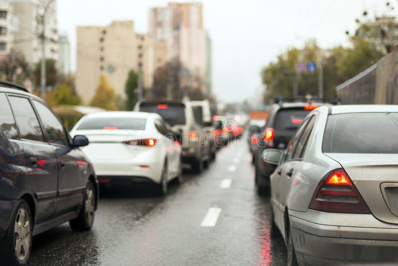 Trafikstockning på en stadsgata på den våta vägen efter regn fotografering för bildbyråer