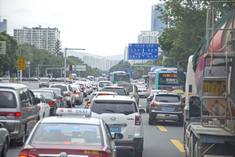Trafikstockning på rusningstiden på en upptagen gata av Shenzhen, Kina royaltyfri fotografi